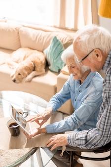 Casal de idosos usando tablet digital