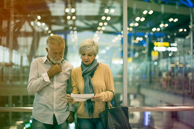Casal de idosos viajando cena de aeroporto