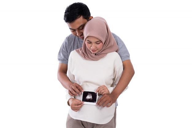 Casal de imagem de ultra-som na barriga de gravidez