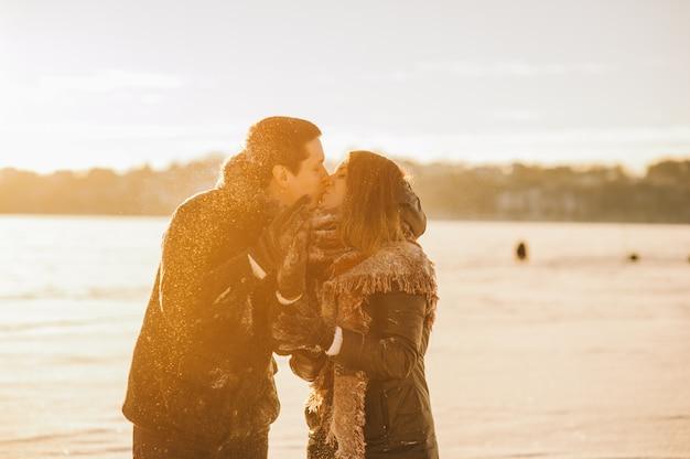 Casal de inverno apaixonado