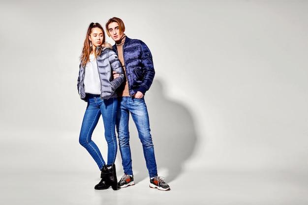 Casal de jovens em roupas de inverno posando. roupas de outono e inverno
