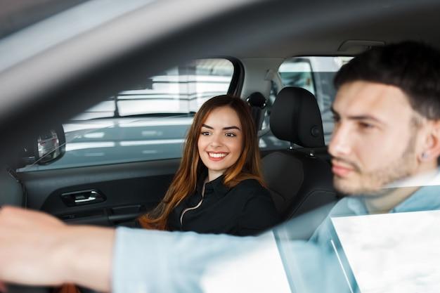 Casal de jovens em um carro