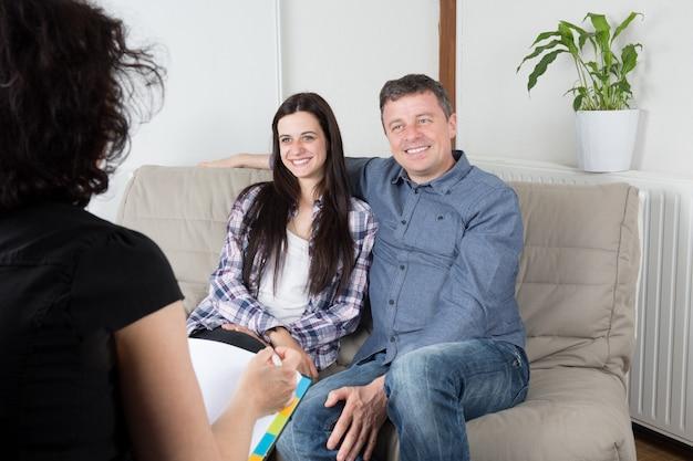 Casal de jovens proprietários assinar um contrato para o investimento na casa.