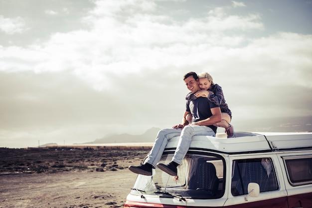 Casal de jovens viajantes aproveita o espaço cênico ao seu redor - descubra o mundo e aprecie o amor pelas pessoas e pela natureza - felicidade juntos, procuram o homem e a mulher milenares como viajar