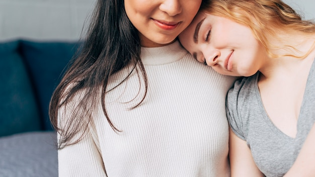 Casal de lésbicas abraçando com ternura