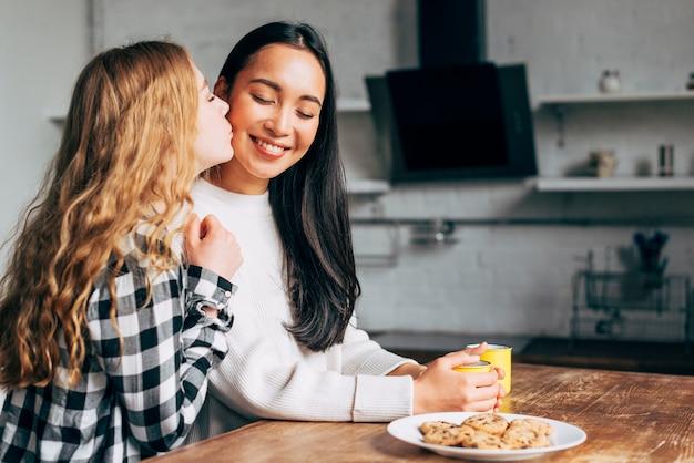 Casal de lésbicas beijando na cozinha