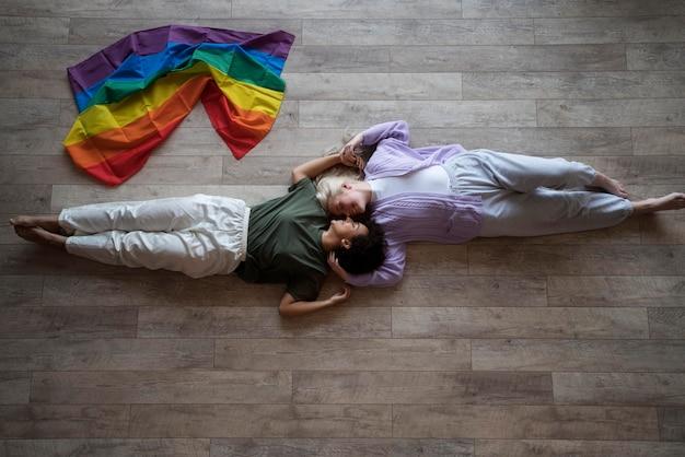 Casal de lésbicas com bandeira de arco-íris