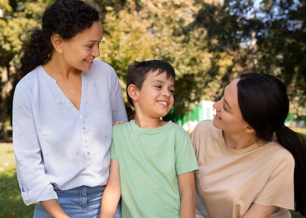 Casal de lésbicas com o filho passando um tempo juntos ao ar livre