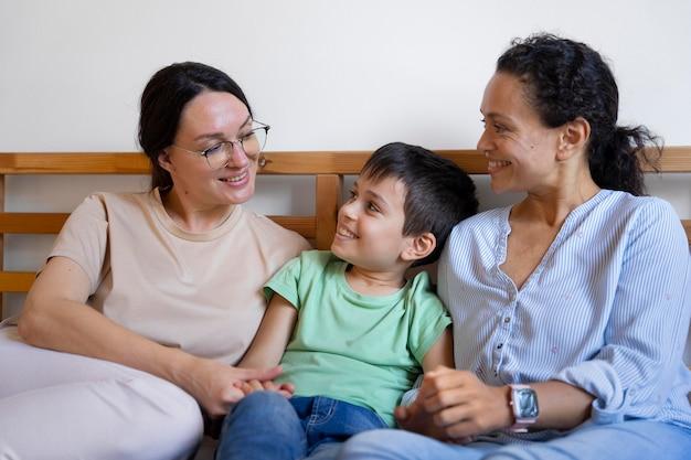 Casal de lésbicas com o filho passando um tempo juntos em casa