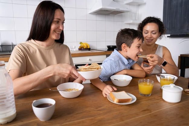 Casal de lésbicas com seu filho tomando café da manhã