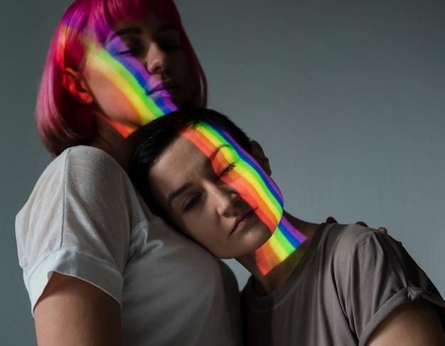 Casal de lésbicas com símbolo lgbt