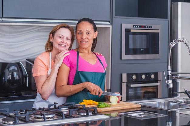 Casal de lésbicas cozinhando juntos no amor
