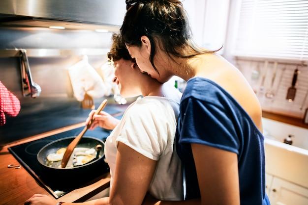 Casal de lésbicas cozinhar na cozinha juntos