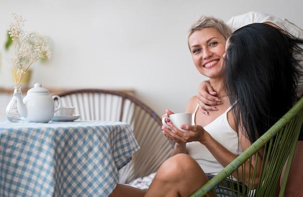 Casal de lésbicas curtindo o tempo juntos