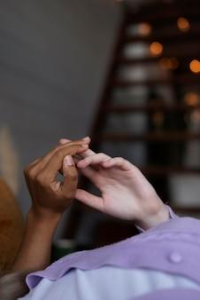 Casal de lésbicas de mãos dadas