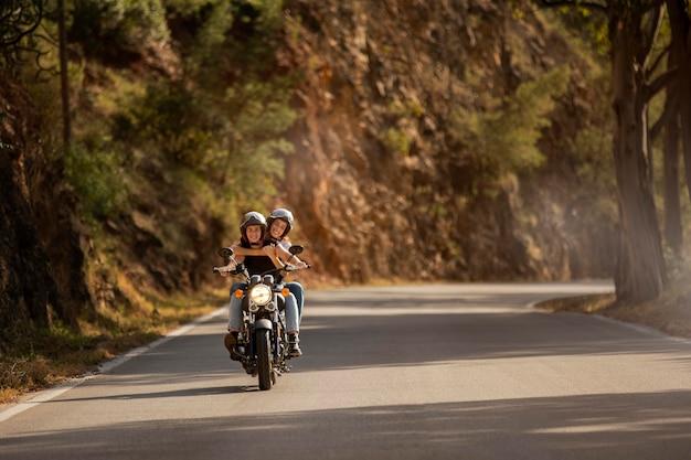 Casal de lésbicas em viagem de moto