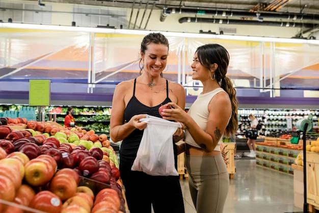 Casal de lésbicas fazendo compras em um supermercado