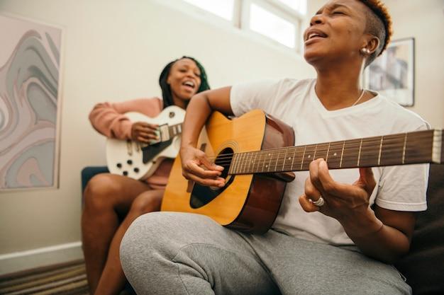 Casal de lésbicas feliz cantando juntas