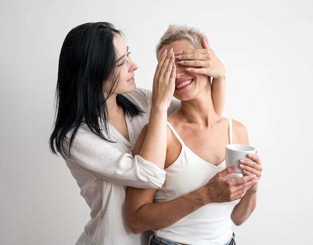 Casal de lésbicas jogando em casa