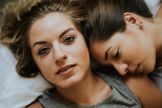 Casal de lésbicas juntos na cama
