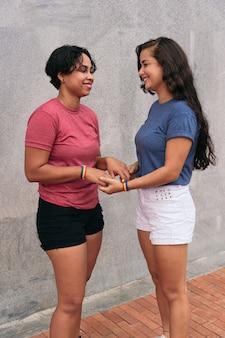 Casal de lésbicas latinas se amando na rua. conceito lgtb