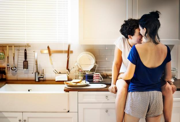 Casal de lésbicas na cozinha