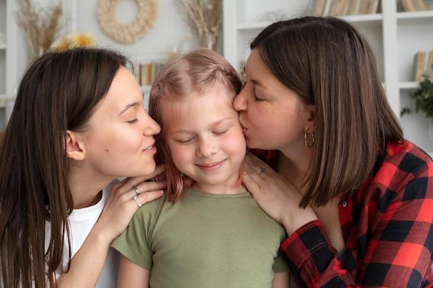 Casal de lésbicas passando um tempo com a filha em casa