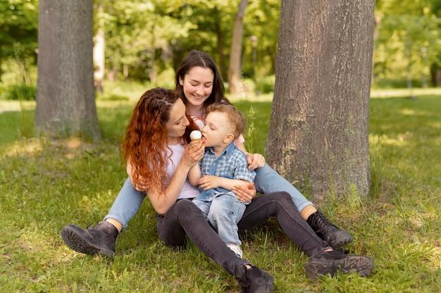 Casal de lésbicas passando um tempo com o filho no parque