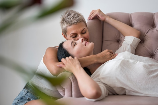 Casal de lésbicas passando um tempo juntos