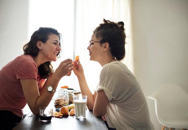 Casal de lésbicas passar o fim de semana juntos