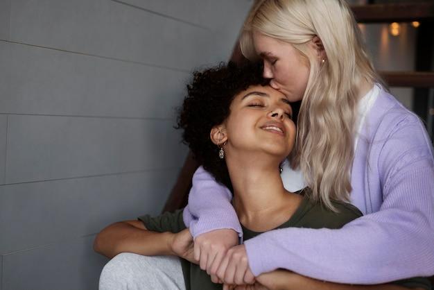 Casal de lésbicas se beijando com espaço de cópia