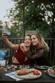Casal de lésbicas tomando uma selfie