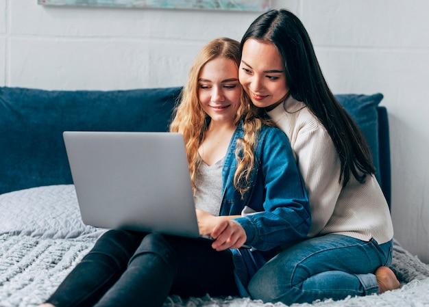 Casal de lésbicas usando laptop