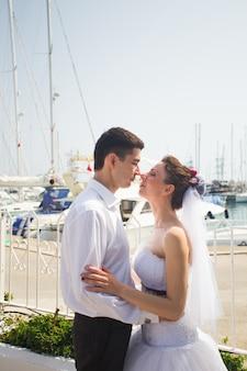 Casal de lua de mel viaja mar e resort de praia na europa.