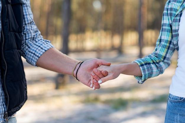 Casal de mãos dadas em vista frontal
