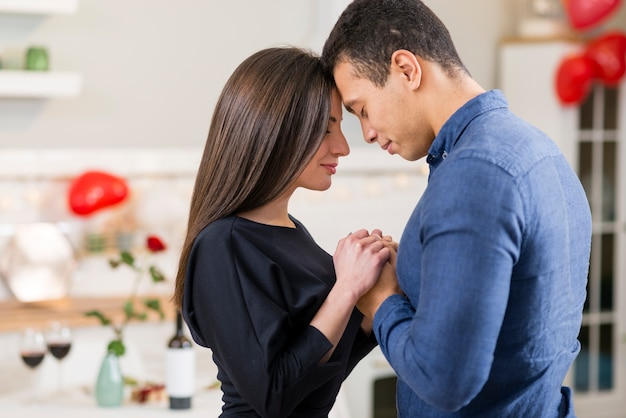 Casal de mãos dadas no dia dos namorados com espaço de cópia