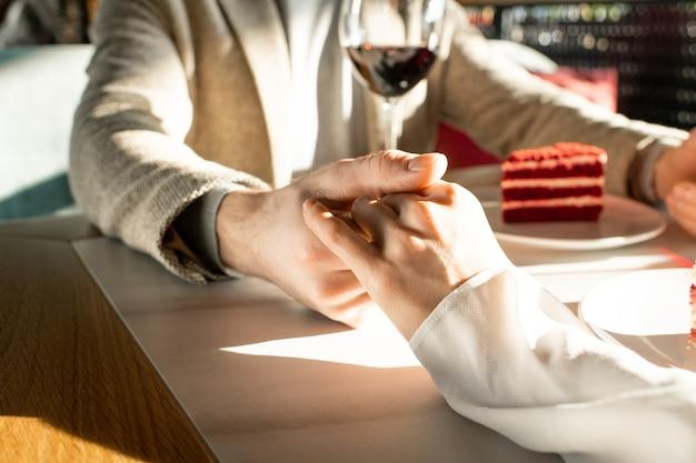 Casal de mãos dadas no restaurante
