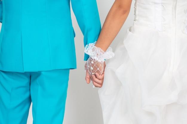 Casal de mãos dadas.
