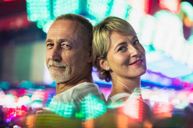 Casal de meia idade desfrutando do festival