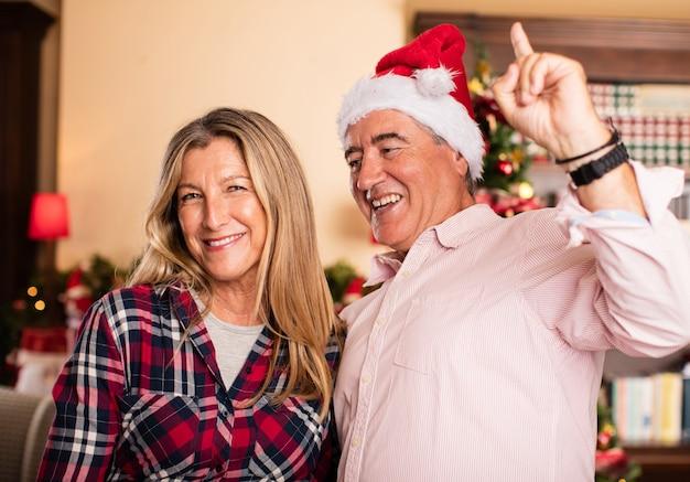 Casal de meia idade se divertindo no natal