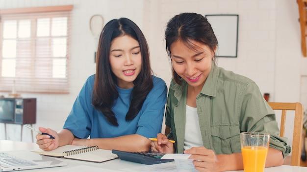 Casal de mulheres asiáticas lgbtq lésbicas de negócios conta em casa