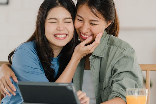 Casal de mulheres lésbicas asiáticas lgbtq tomar café da manhã em casa