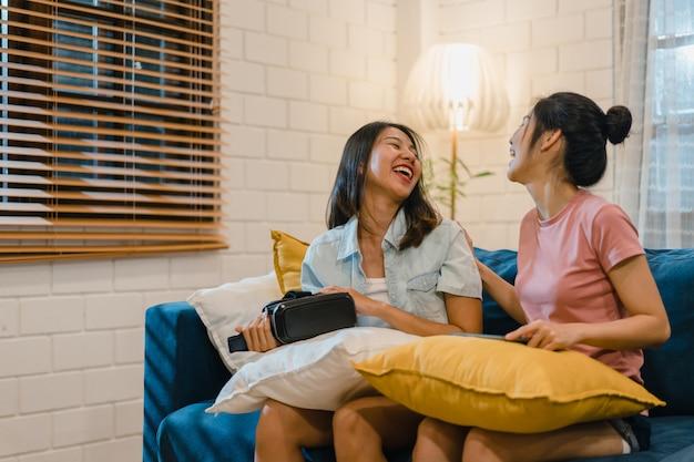 Casal de mulheres lésbicas lgbt usando tablet em casa