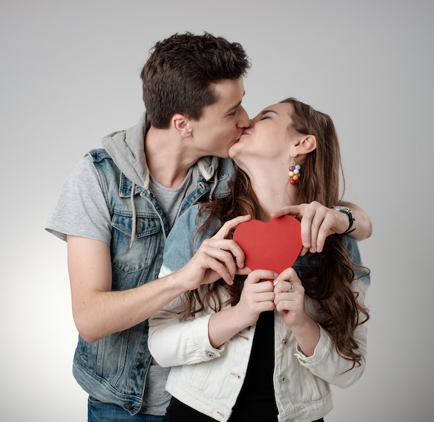 Casal de namorados. beijando e feliz. família alegre.