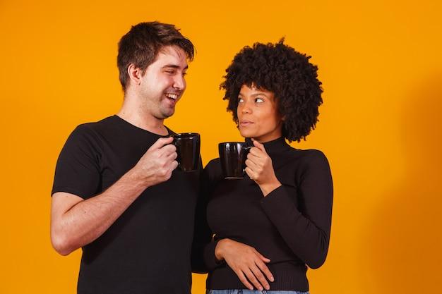 Casal de namorados segurando uma xícara para beber chá ou café juntos