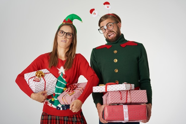 Casal de natal com grandes presentes