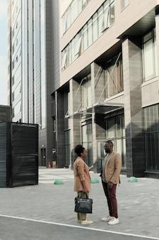 Casal de negócios africanos conversando enquanto estão na cidade