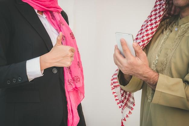 Casal de negócios árabe trabalhando no escritório