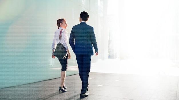 Casal de negócios asiáticos conversando enquanto caminha