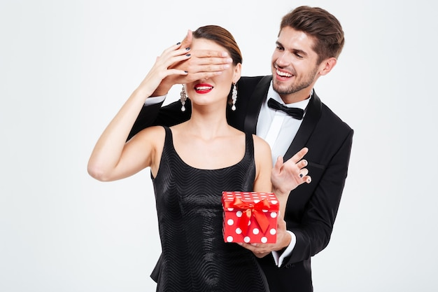 Casal de negócios bonita com presente. homem faz surpresa